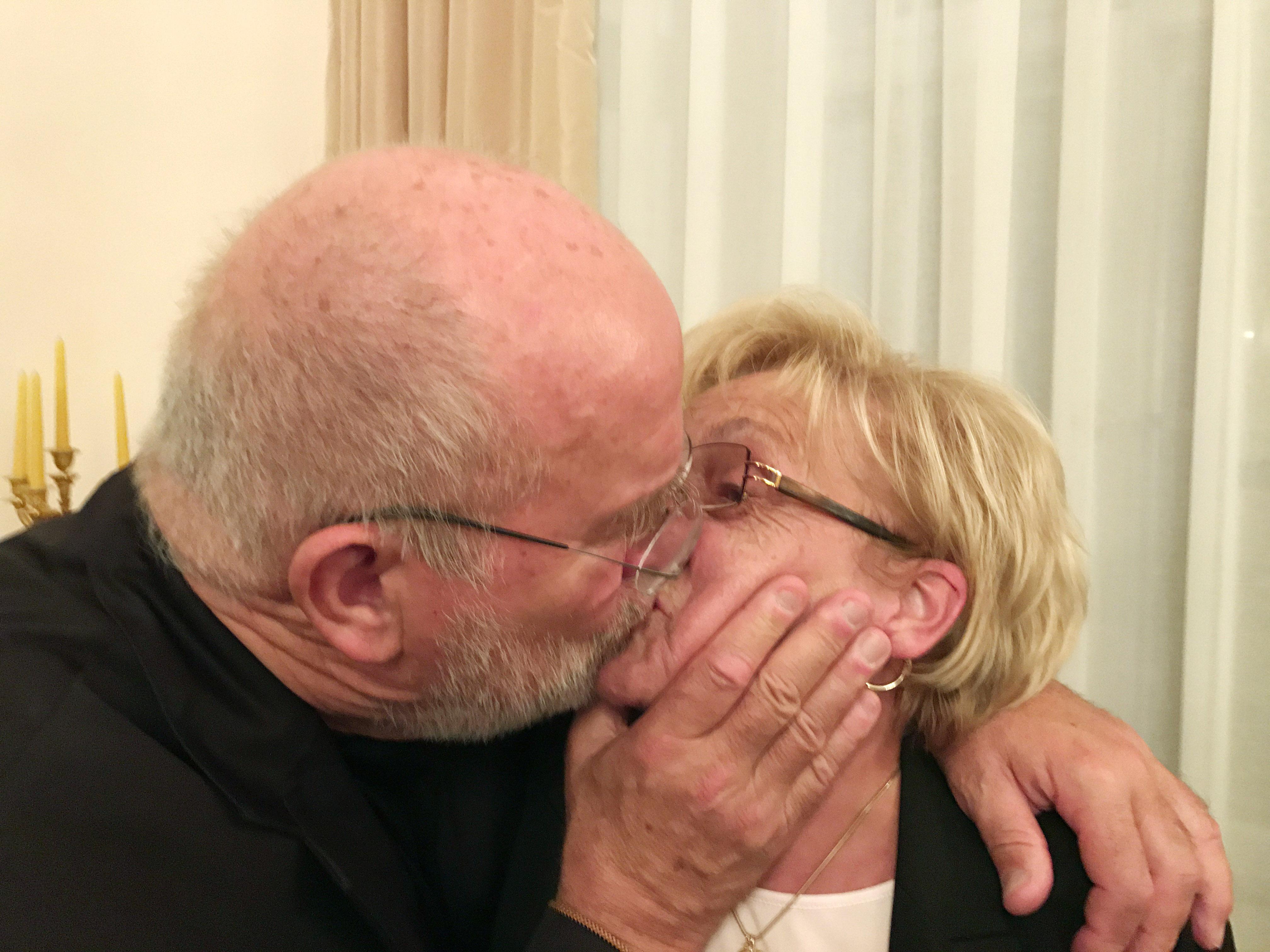 Juergen Teller Peter Lindbergh kissing my Mum, Schloss Bellevue, Berlin 2016 © Juergen Teller